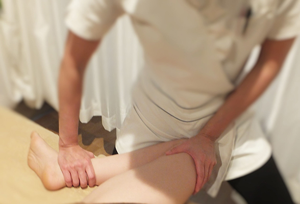 骨盤の歪みにつながる全身の筋肉をほぐしていきます。