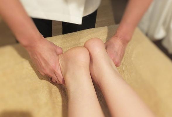 骨盤のズレを足の長さや骨盤の高さなどを見て確認します。